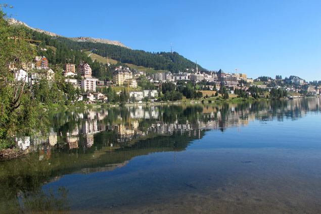 Lago em St. Moritz, na Suíça. No final do ano, a cidade se transforma num destino de esqui na neve Silvio Cioffi/Folhapress