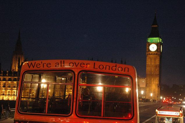 Ônibus de dois andares em Londres; ao fundo, a torre do Big Ben Silvio Cioffi/Folhapress