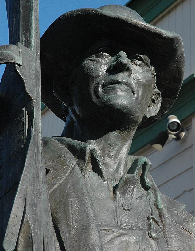 Folto Silvio Cioffi/Folhapress Estátua em Main Street mostra um mineiro carregando um par de esquis