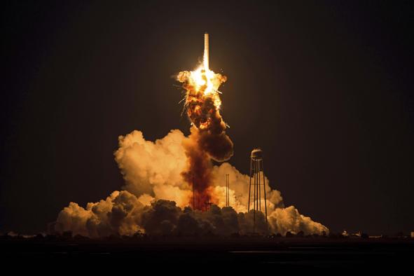 O Antares antes do lançamento e ao explodir no ar dias do acidente com a nave da Virgin Galactic  Fotos