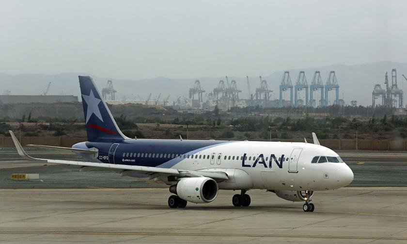 Um Boeing B-737 pintado com as cores da LAN no aeroporto de Lima    Foto Mariana Bazo/Reuters