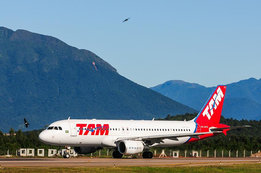 Um Airbus A-320 da TAM no aeroporto Hercílio Luz, em Florianópolis   Foto Cadu Rolim/Fotoarena/Folhapress