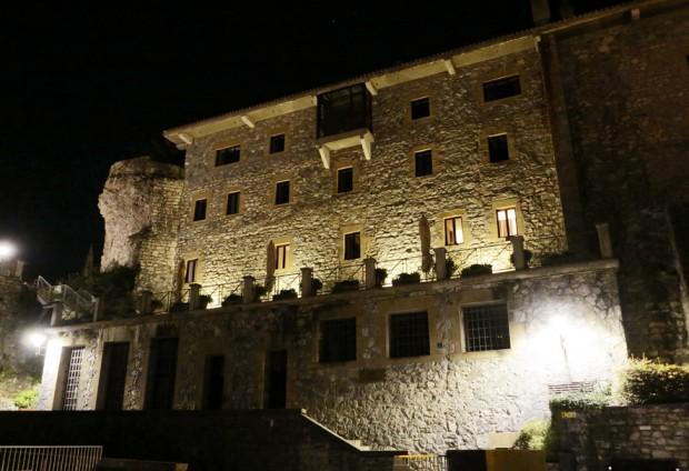 Vista noturna da fachada do Parador de Hondarríbia Fotos Silvio Cioffi/Folhapress