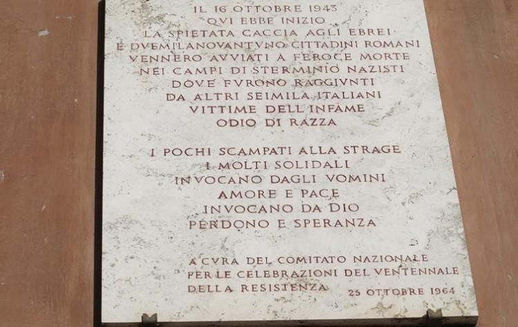 No Ghetto de Roma, placa de mármore conta a história da deportação dos judeus do bairro em 1943